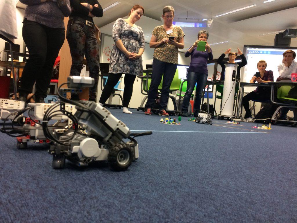 Probando robots creados con LEGO Mindstorm para que sigan un trazado