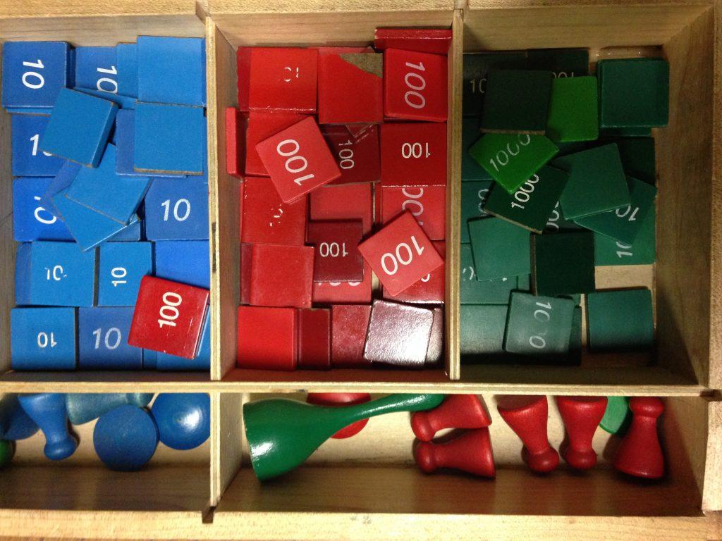 """Montessori Learning Tools Games Counting Math"" de Steven Depolo bajo licencia CC Reconocimiento 2.0"