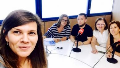 Foto de grupo durante la entrevista en la radio
