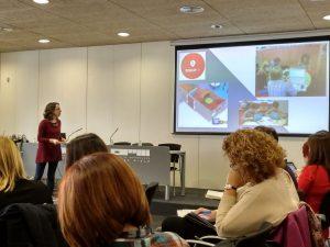 Amelia Granda exponiendo los espacios del Future Classroom Lab de Bruselas