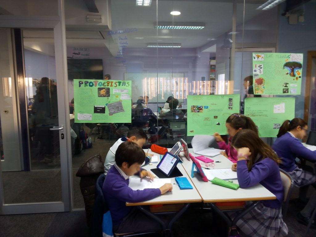Grupo de alumnos trabajando matemáticas