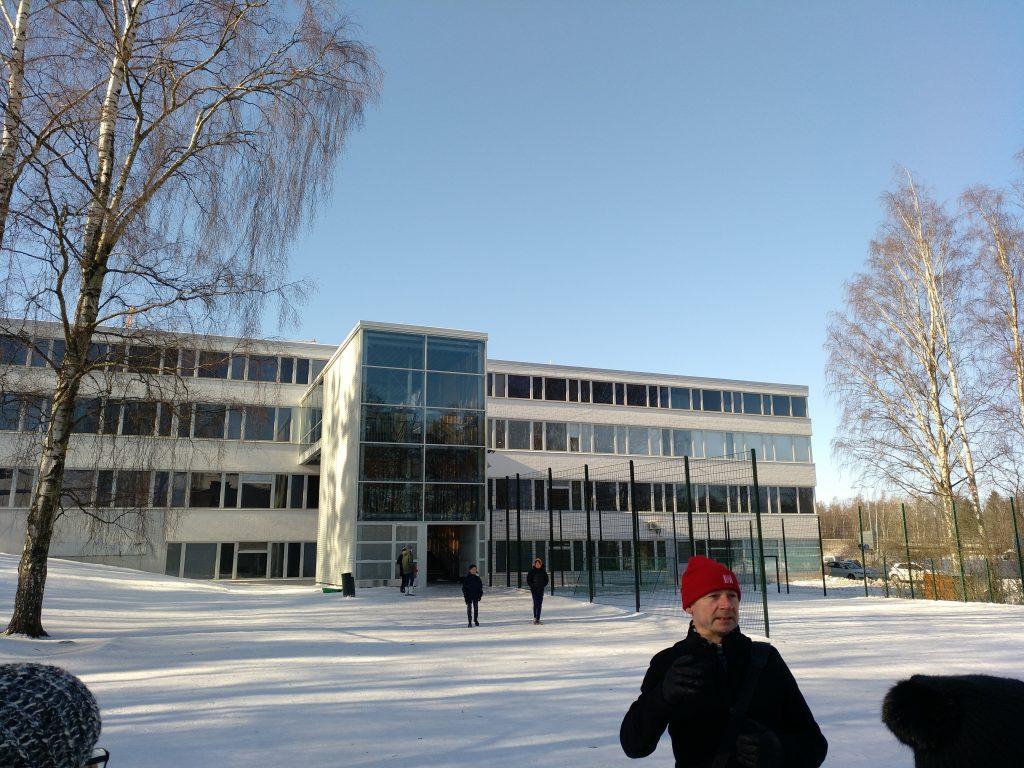 Markku Lang haciendo una breve introducción del centro antes de entrar