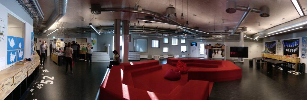 Uno de los espacios centrales alrededor del cual se distribuyen una serie de aulas