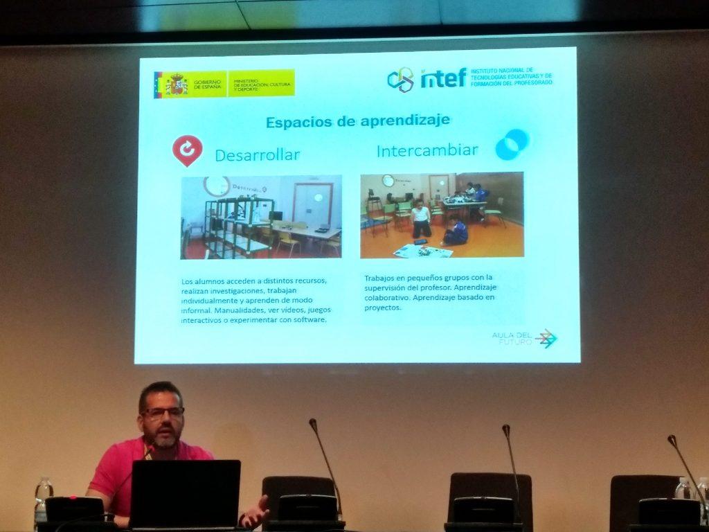 Fran Gómez durante su ponencia en el congreso hablando de los espacios del Aula del Futuro en el colegio