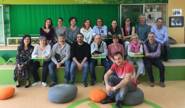 Foto de grupo de la Red de Formación y el autor del artículo