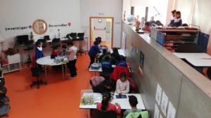 Alumnado de ambos centros realizando actividades de programación y robótica en el Aula del Futuro.