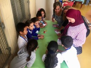 Alumnas muestran sus proyectos de máquinas simples