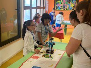 Alumnos muestran como se programa a Vernie el robot.