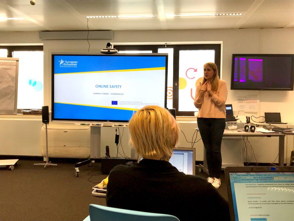Sabrina Vorbau hablando de seguridad y riesgos en Internet